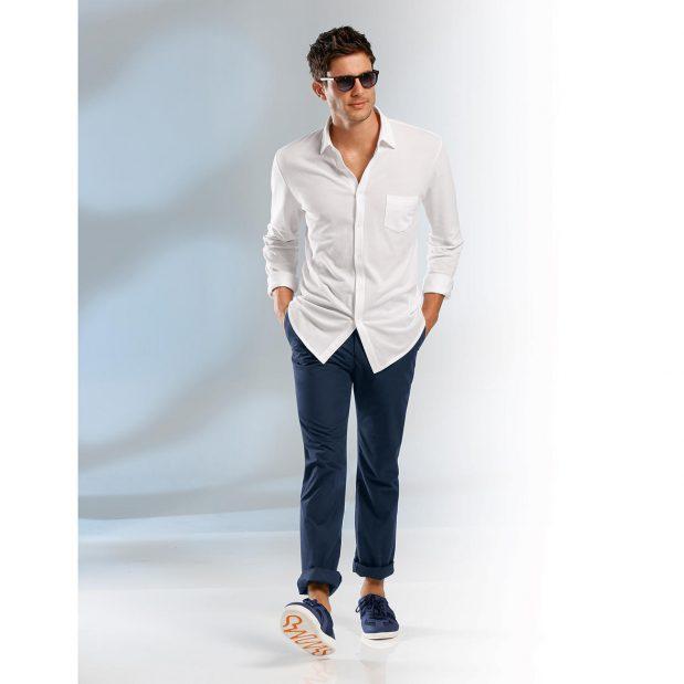 Un chino bleu marine est le pantalon qui vous différencie des autres styles